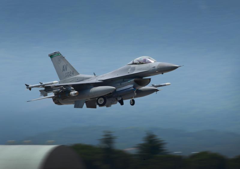 Die US Airforce lies zwei F-16 Fighting Falcon vom italienischen Aviano aus in die Übung eingreifen © US Airforce
