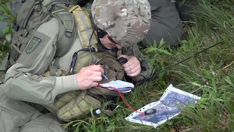 Ein österreichischer FAC / JTAC gibt die Zielkoordinaten durch © Slow. Streitkräfte