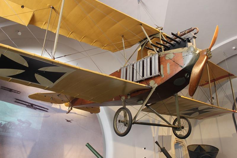 Ein großartiges Stück der Ausstellung ist der Prototyp des Albatros B II, der in seinem Element – nämlich fliegend – dargestellt wird. Durch die Galerien ist er von allen Seiten zu besichtigen.
