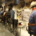 Die Abläufe der Vitrinengalerien erlauben eine Aufstellung der Schaustücke mit sachlichem oder terminlichem Ablauf. Hier die k.u.k. Kavallerie zum Kriegsbeginn.