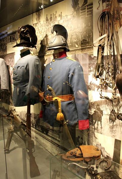 Die immer noch bunten Uniformen der Kavallerie wurden durch Lackierung und Abdeckung aller glänzenden Teile gedämpft.