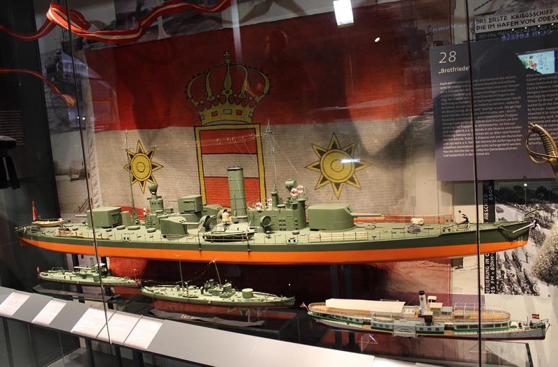 """Die Vitrine zum """"Krieg auf der Donau"""" stellt die wichtige Rolle der Schiffe der k.u..k. Kriegsmarine bei den Kämpfen im Donauraum dar."""