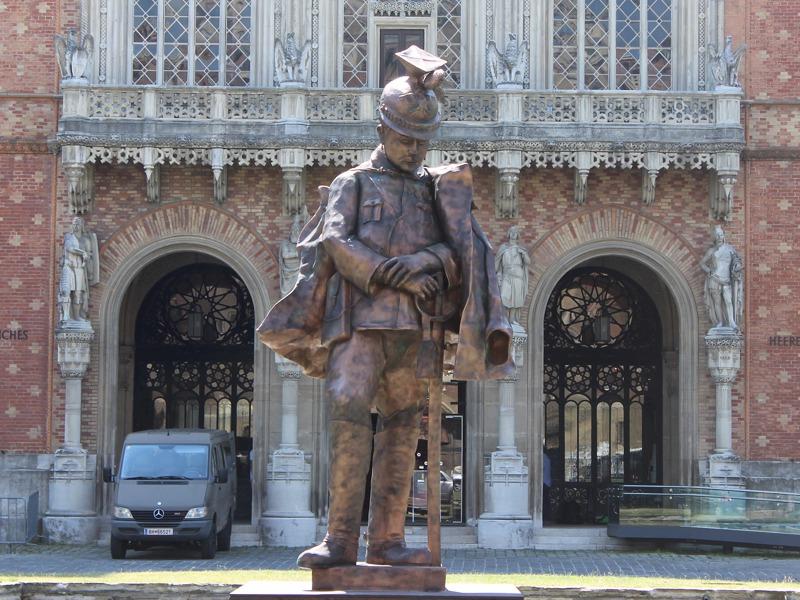 Vor dem Museum begrüßt eine Riesenfigur eines k.u.k. Ulan die Besucher.
