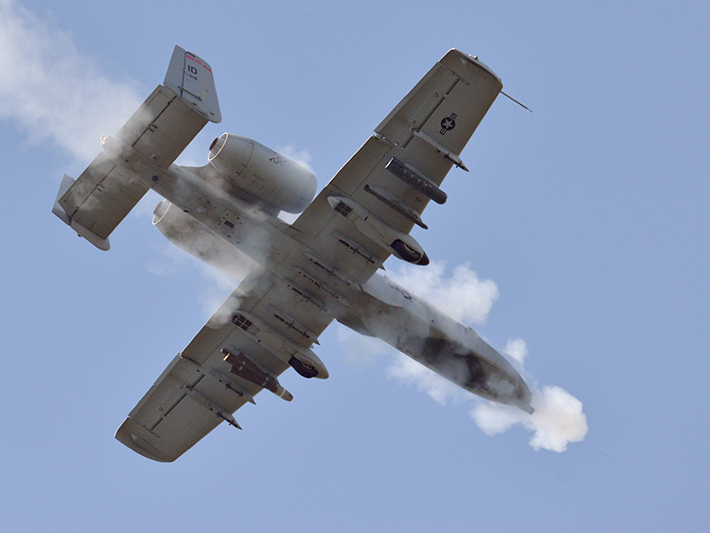 A-10 Warthog feuert mit der 30 mm Gatling-Bordkanone © US Army JMTC