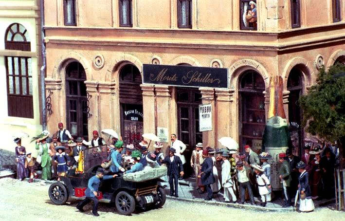 Der Tatort vom Meister des Dioramenbaus Eric Trauner im Maßstab 1/72. Bitte beachten Sie die Vielfalt der Details und die Lebendigkeit der Szene durch die vielen Figuren...