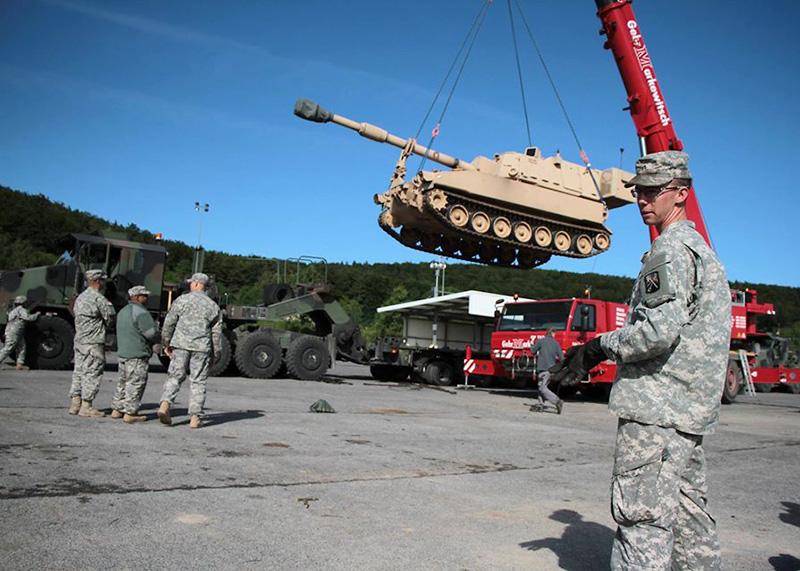 Panzerhaubitze M-109A6 Paladin wird von einem M1070 Heavy Equipment Transport System gehoben © US Army - 16th Sust. Bde.