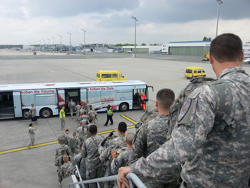 Die US Soldaten landen mit leichten Gepäck in Nürnberg © US Army JMTC