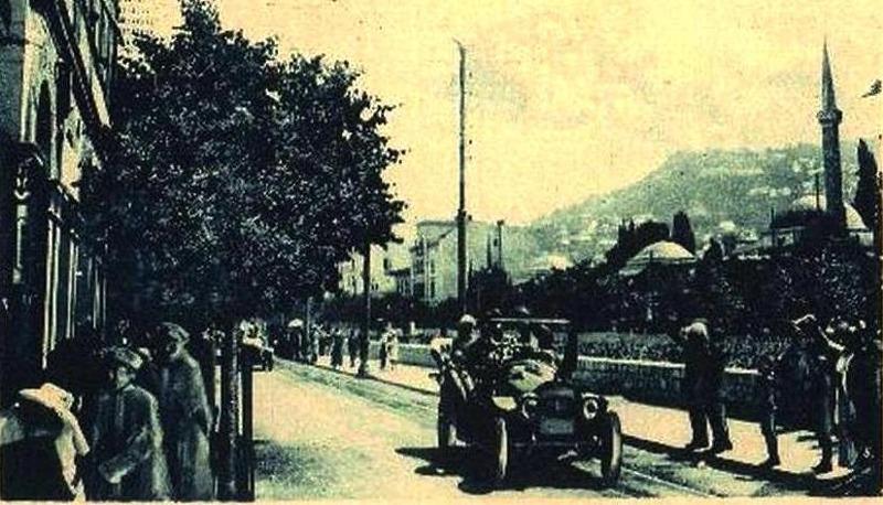 Das Fahrzeug fährt am Appel-Kai entlang – knapp vor der Lateiner Brücke – biegt dann falsch nach links ein und bleibt am Tatort stehen!