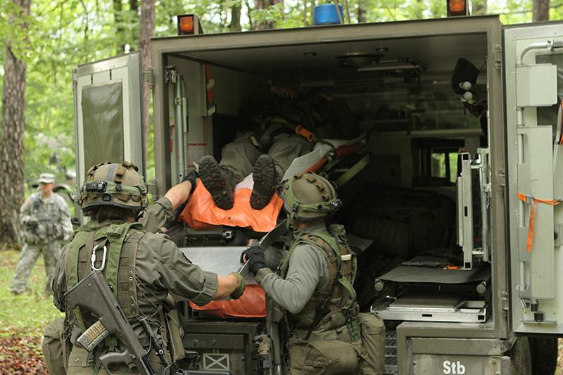 Der Verletzte wird in einen Sanitäts-Pinzgauer verladen © US Army - 1/1 CD