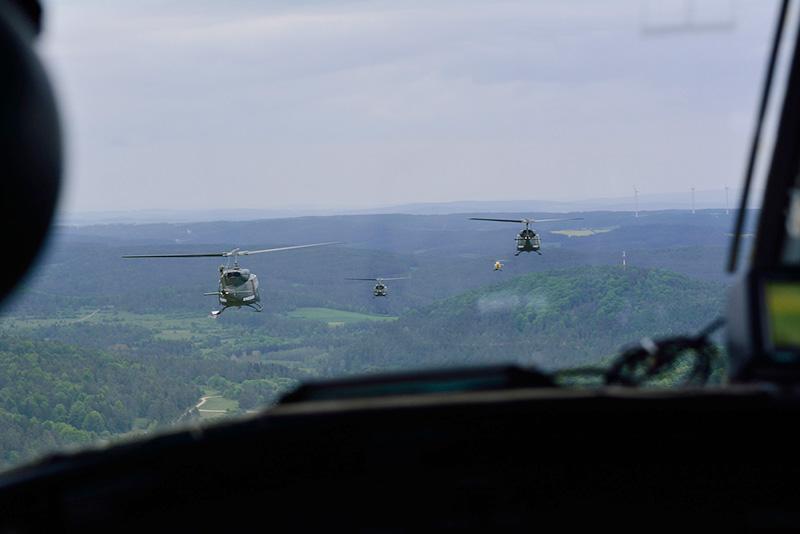 Agusta Bell AB-212 im Formationsflug © 2.l. THSSTA