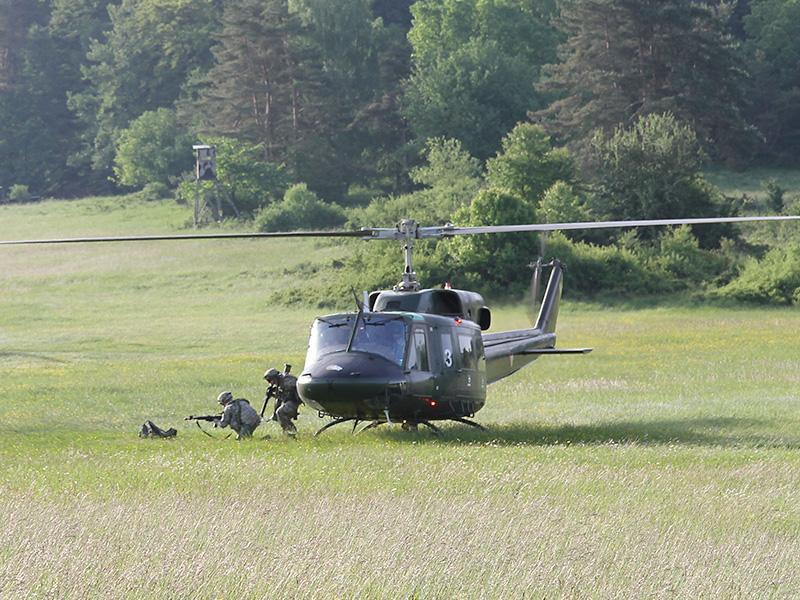 Österreichischer AB-212 setzt Einheiten der Massachusetts National Guard ab © US Army