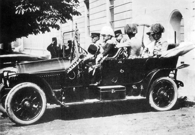 Die Fahrt des Thronfolgerpaares durch Sarajevo – ohne Schutz und Spalier …