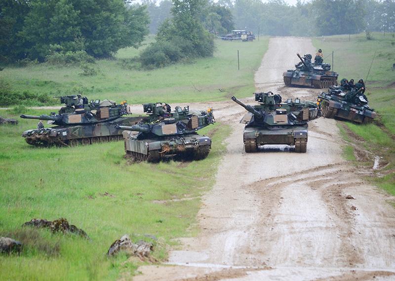 Kampfpanzer der Typen M1A2 SEPv2 Abrams und TR85M1 Bizon © US Army JMTC