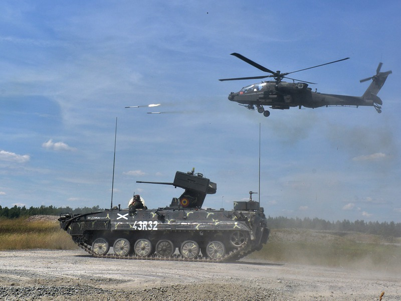 AH-64 Apache feuert 70 mm Raketen ab. Darunter ein rumänischer MLI-84M Jderul © US Army JMTC