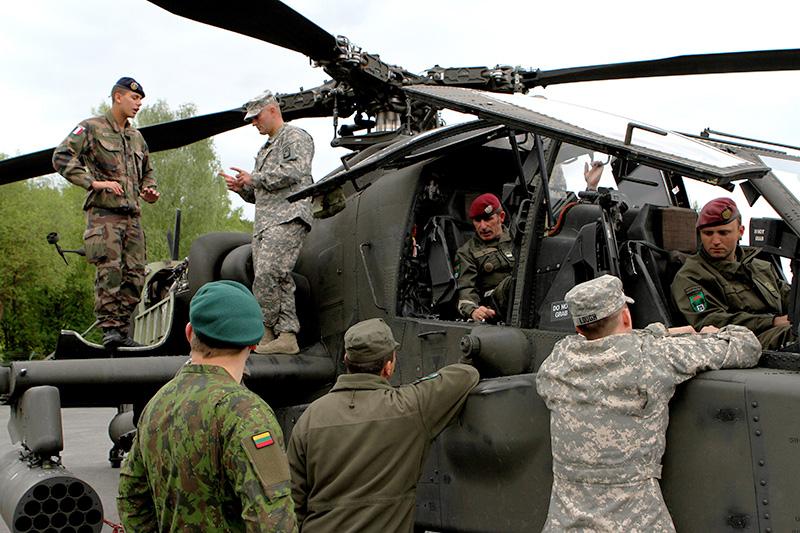 Österreicher begutachten den Apache-Kampfhubschrauber © US Army - 1/1 CD