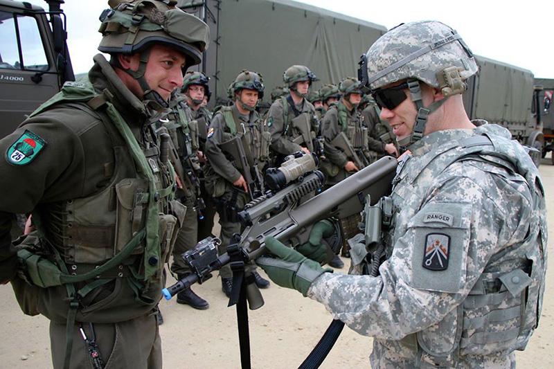 Der Kommandant der 16th Sustainment Brigade der US Army hält endlich ein gescheites Sturmgewehr in der Hand - ein StG-77 A2 Kommando © US Army - 16th Sust. Bde.