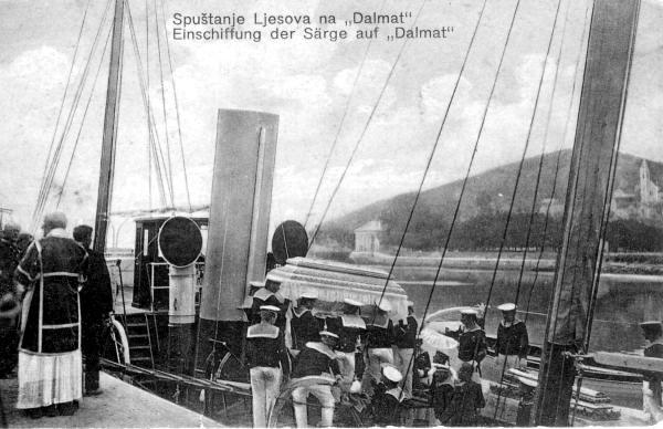 Die Särge des Thronfolgerpaares wurden mit der Yacht DALMAT zur Küste gebracht…
