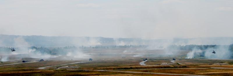 US Kampfhubschrauber sowie georgische und rumänische Truppen beim scharfen Schuss © US Army JMTC