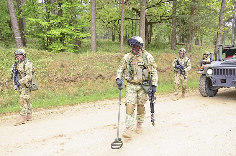 Georgische Soldaten suchen nach IEDs © US Army JMTC