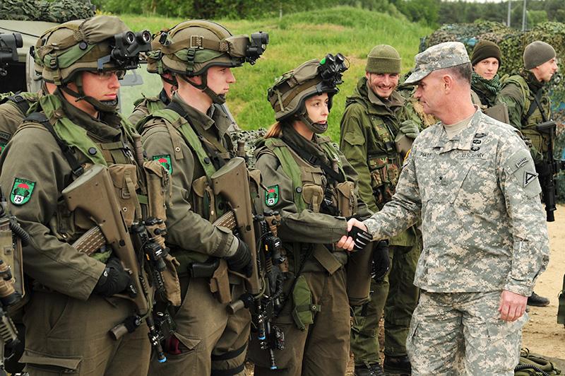 US Brig. Gen. Walter E. Piatt, Kommandant des JMTC, begrüßt die österreichischen TeilnehmerInnen © US Army JMTC