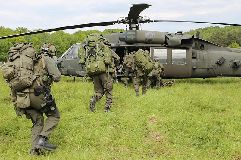 Österreicher besteigen ihren US Black Hawk © US Army