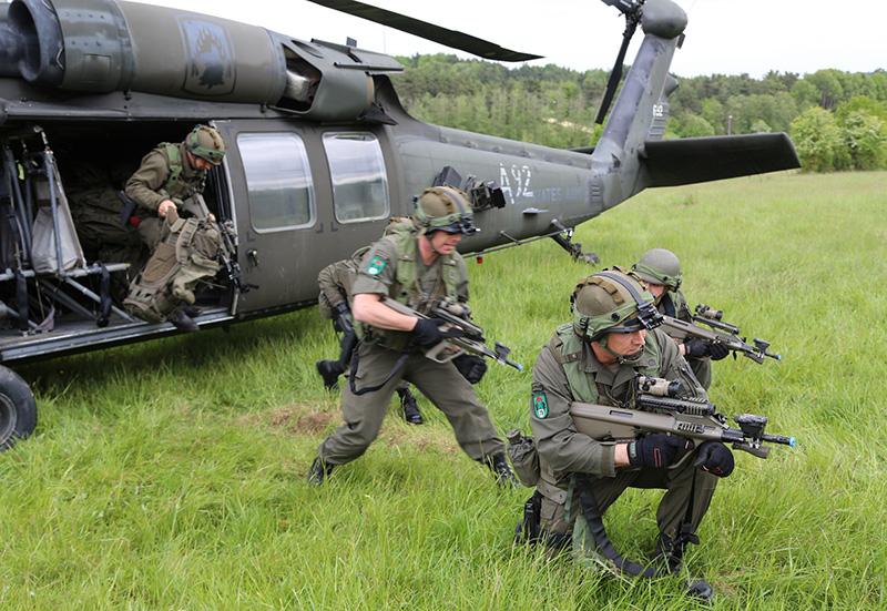 US Army Black Hawks setzen österreichische Luftlandetruppen ab © US Army JMTC