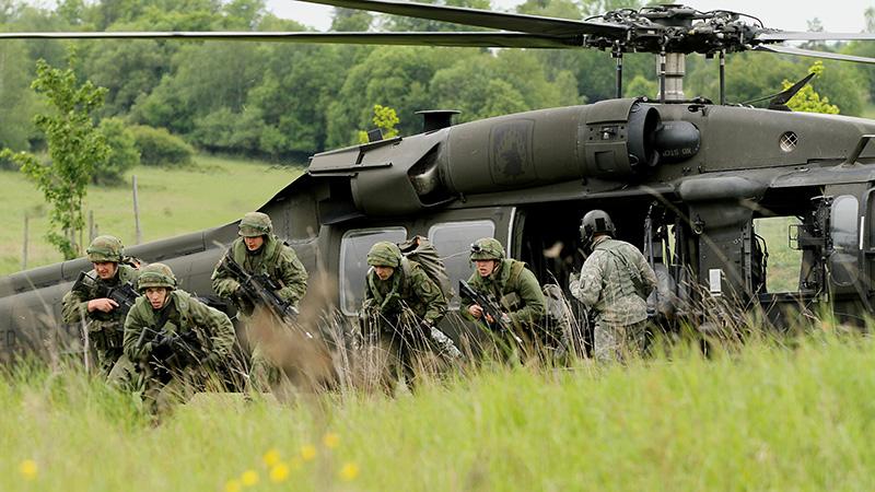 Übunsteilnehmer aus Litauen verlassen einen US Black Hawk © US Army JMTC