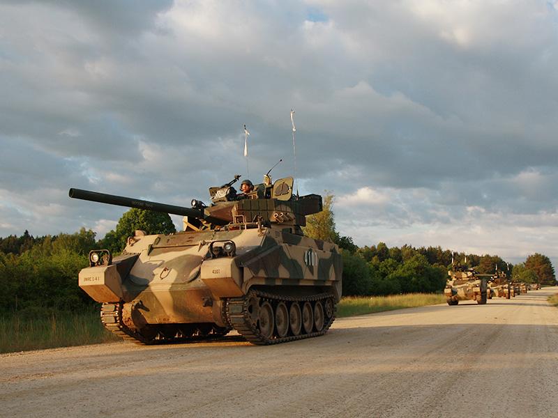 Die professionelle OPFOR benutzt Panzerattrappen auf M113 Fahrgestell - der Duellsimulation ist es egal, ob das Rohr nur aus PVC ist © US Army JMTC