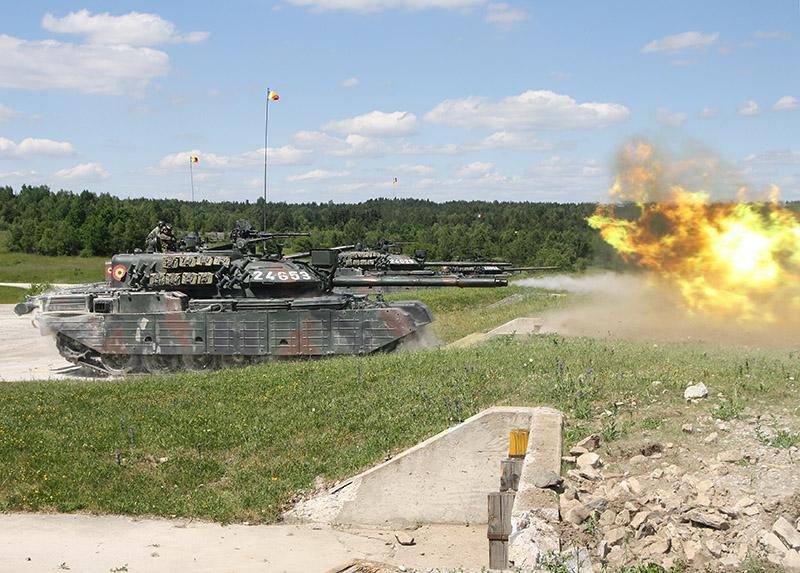 Rumänische Kampfpanzer TR85M1 Bizon am Schießstand © US Army JMTC