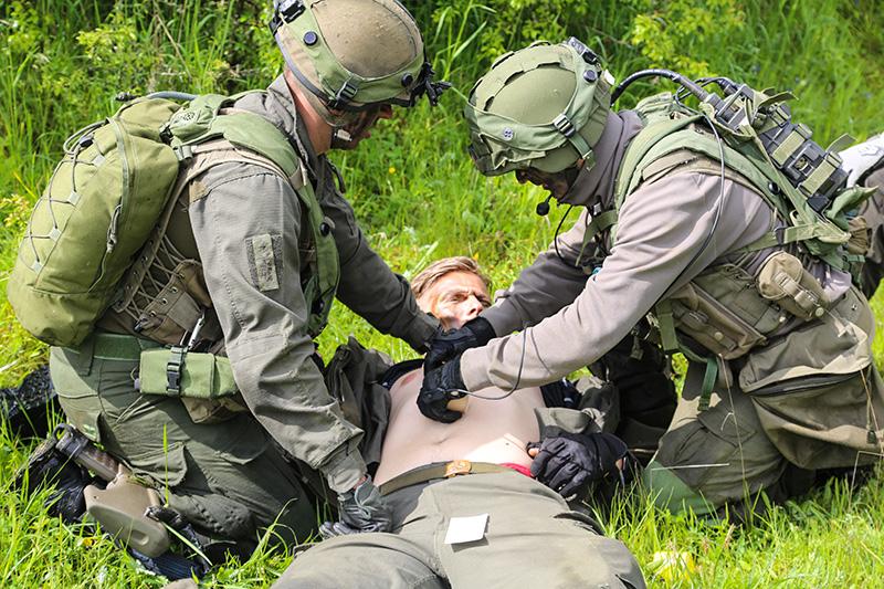 Erstversorgung eines verletzten Kammeraden © US Army JMTC