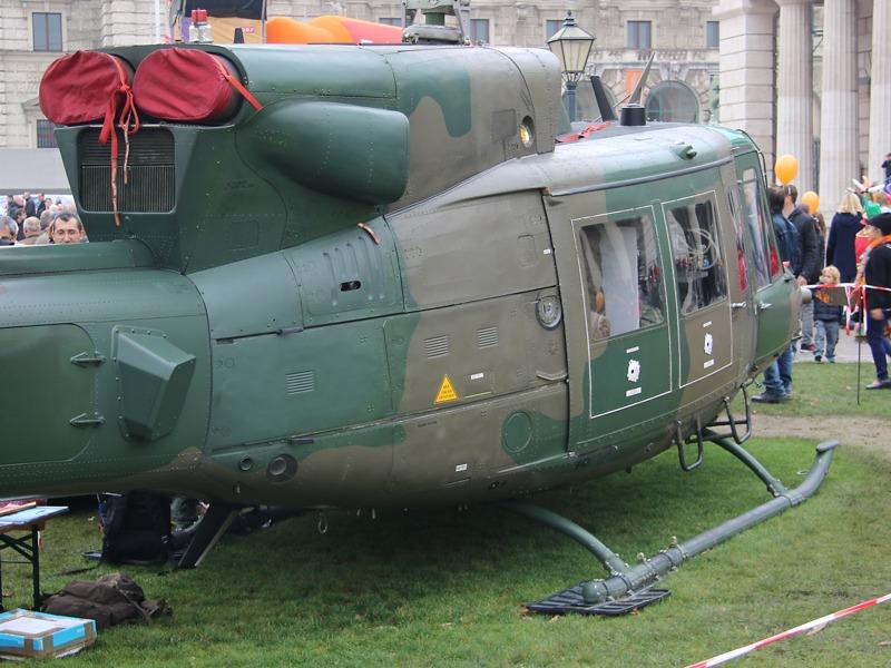 Am Beginn des Heckauslegers der AB-212 MLU die Halterung für die Täuschkörper-Ausstoßanlage (Chaff/Flare)