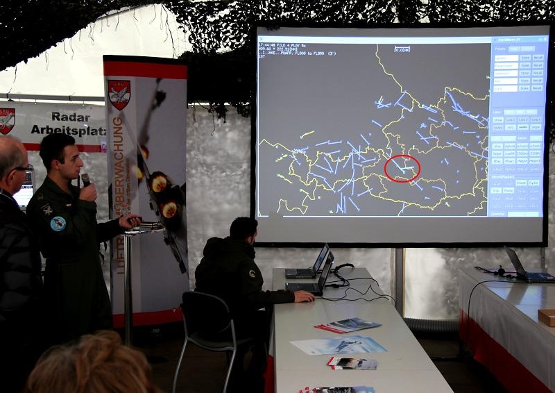 Vorbildlich die Präsentation vergangener Abfangeinsätze - so muss die Notwendigkeit der Luftraumüberwachung demonstriert werden! Unser Kreis markiert Eindringling und Typhoon-Rotte
