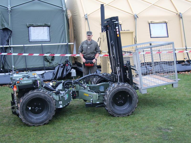 FLG 140 Feldladegerät 140 (zivil: Palfinger Crayler) - dahinter der 'Fahrer'