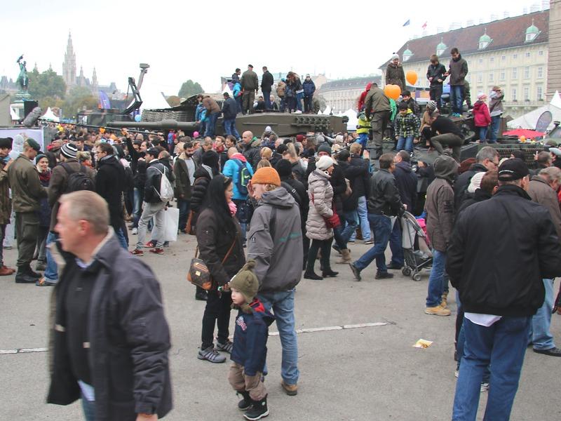 Umringt und beklettert: Kampfpanzer Leopard 2 A4 und Schützenpanzer Ulan