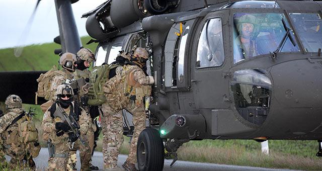 Jagdkommando-Soldaten und Black Hawk © FLVFOT