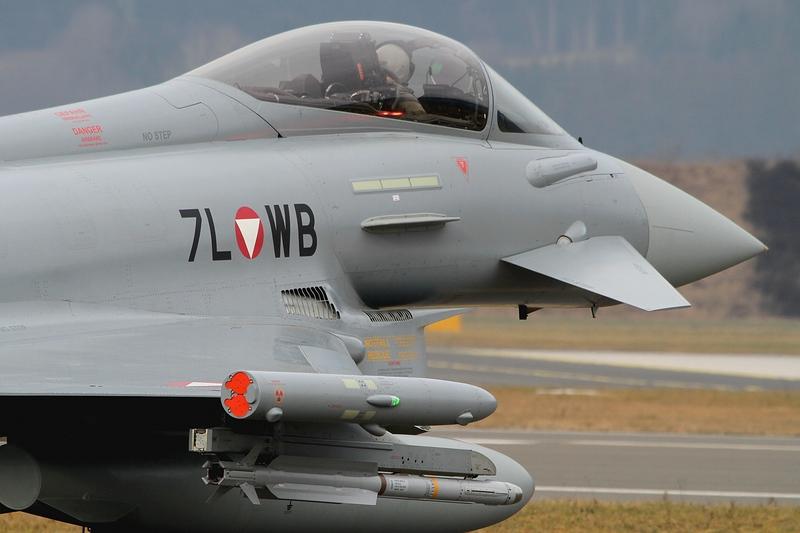 Die Eurofighter sind neben der Bordkanone mit einer IRIS-T Lenkwaffe unter der rechten Tragfläche bewaffnet © Werner P