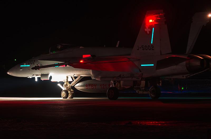 Die F/A-18C J-5002 ist mit AIM-9 Sidewinder und AIM-120 AMRAAM bewaffnet © A. Noye - runway28.nl