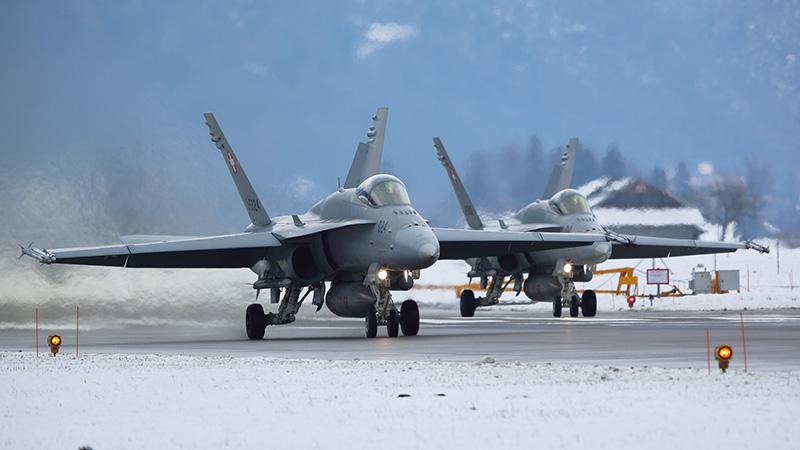 Zwei Hornets am Militärflugplatz Meiringen © foto-metkemeier.net