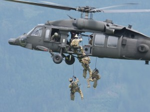 Black Hawk setzt Spezialeinsatzkräfte ab © Doppeladler.com