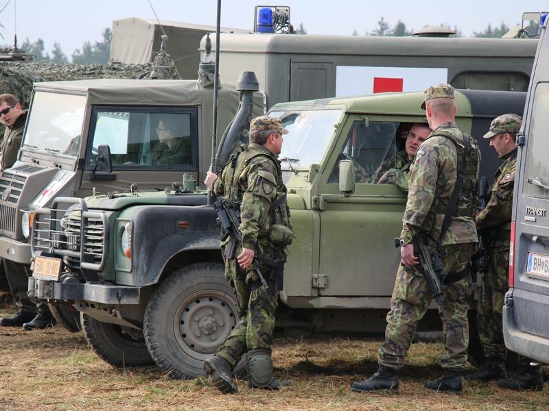 Tschechische Soldaten vor ihrem Defender © Doppeladler.com