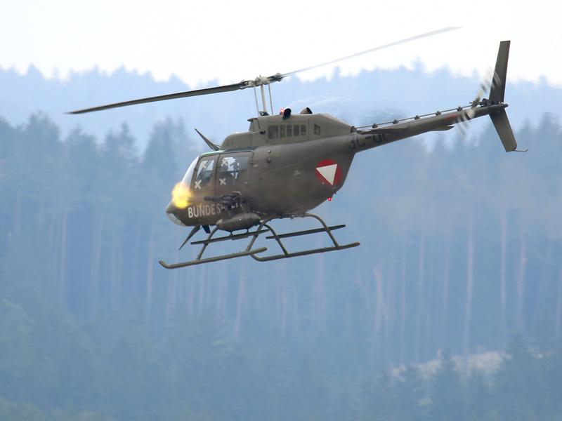 Bell OH-58B Kiowa feuert mit seinem 7,62mm M-134 Gatling Maschinengewehr © Doppeladler.com