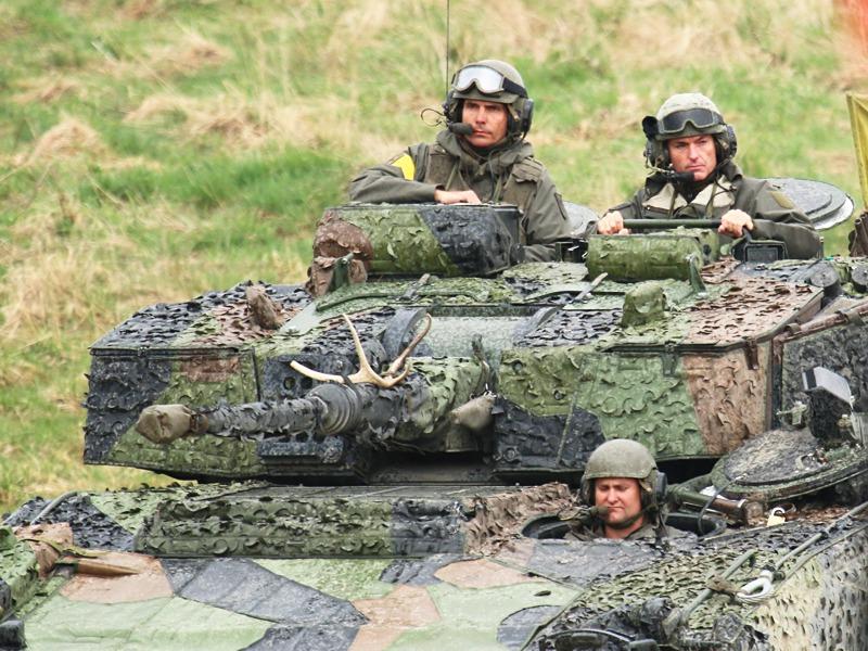 Rechts am Turm: Kommandant der Dritten: Brigadier Hofbauer; Links: Verteidigungsminister Klug © Doppeladler.com
