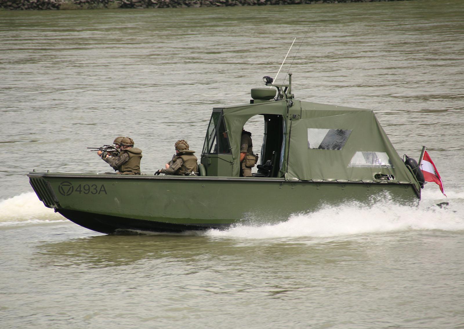 Das verdächtige Motorboot wird gestellt © Doppeladler.com
