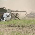 Die Kampfpanzer eröffnen das Feuer auf die Ortschaft © Doppeladler.com