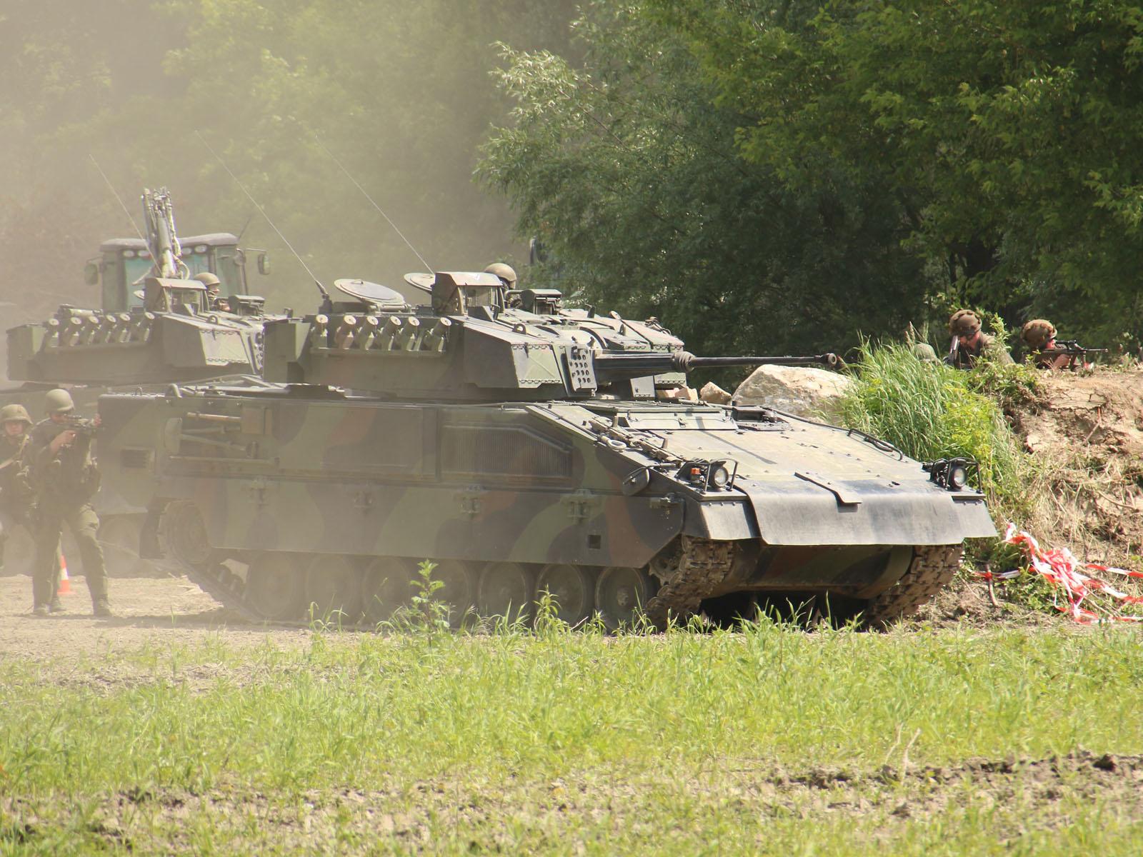 Nun greifen die Schützenpanzer Ulan in den Kampf ein © Doppeladler.com