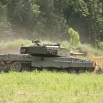Kampfpanzer Leopard 2A4 erreicht die Ortschaft © Doppeladler.com