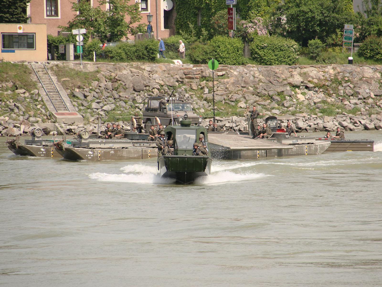 Zuerst greifen die Arbeits- und Transportboote an © Doppeladler.com