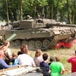 Kampfpanzer Leopard 2A4 beim Schrotten eines PKW © Doppeladler.com