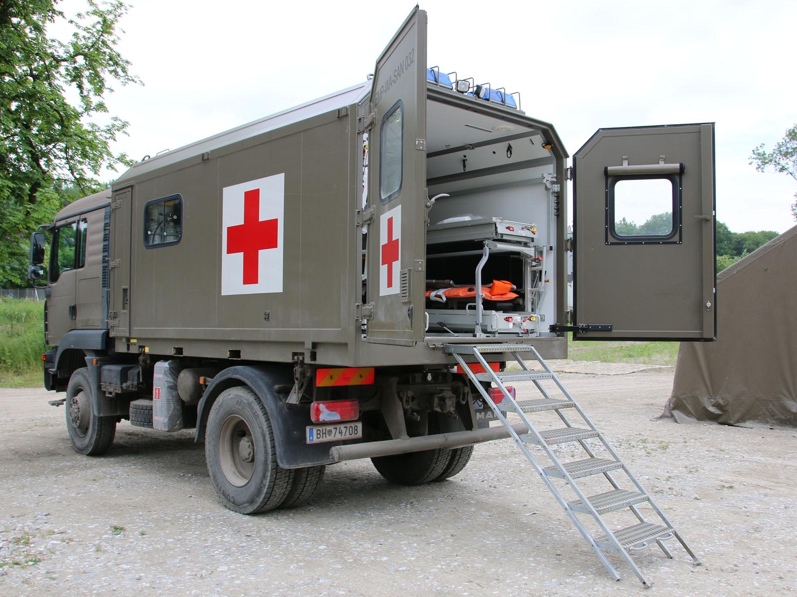 MAN 12.240 4x4 BL mit dem Wechselaufbau für Patiententransport © Doppeladler.com