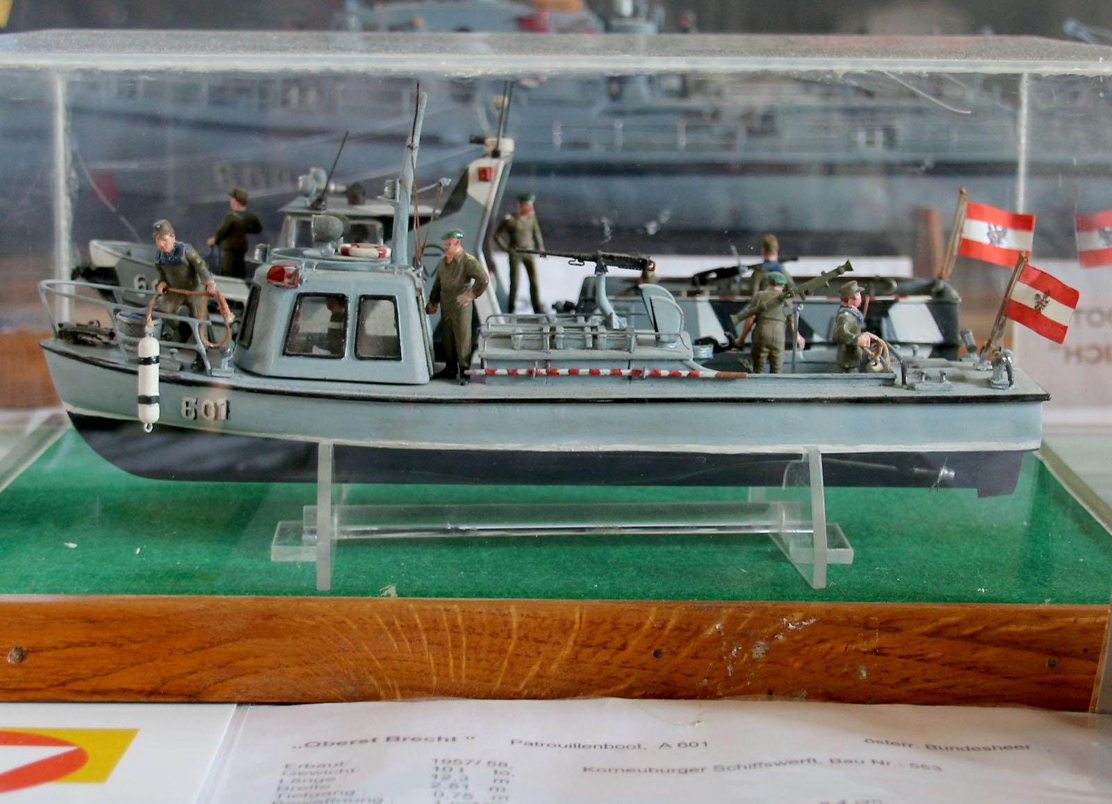 Patrouillenboot Oberst Brecht vor dem Umbau, dahinter nach dem Umbau © Doppeladler.com